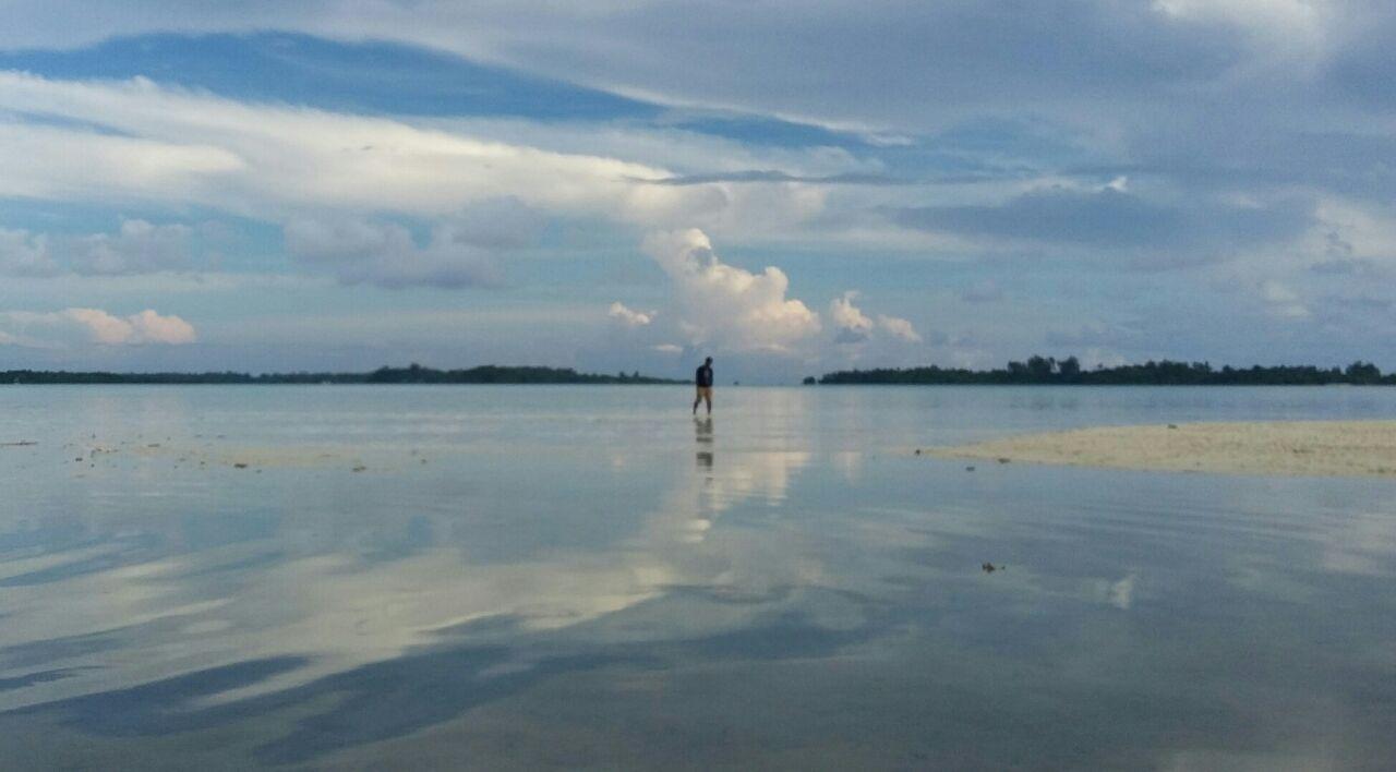 Pasir putih di permukaan dangkal perairan Pulau Daga Kecil Kepulauan Widi