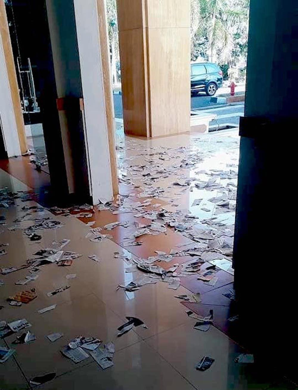 Ruangan dan teras pintu utama yang dipenuhi serakan kertas usai aksi protes cleaning service kantor gubernur Malut di Sofifi, Selasa (19/3/2019).