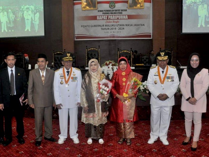 Foto bersama gubernur dan wagub beserta istri dengan pimpinan DPRD Malut usai rapat paripurna istimewa di Lantai II Gedung DPRD, Sofifi, Oba Utara, Senin (20/5/2019).
