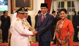 Presiden bersama Ibu Negara Iriana Jokowi saat bersalaman dengan Gubernur dan Wakil Gubernur Maluku Utara periode 2019-2024. (Foto Puspen Kemendagri)