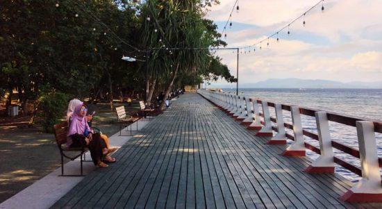 Berteman Biru Laut Melihat Senja di Pantai Nukila Ternate