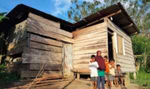 Cerita Seorang Ibu Pencari Besi Tua di Hutan Halmahera