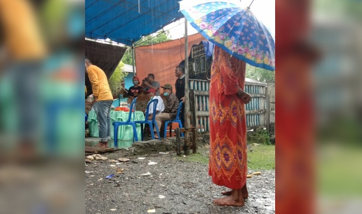 Nenek 80 Tahun Rela Berdiri di Tengah Hujan Demi Cabup Perempuan di Sula