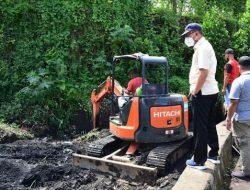 Wali Kota Ternate Pantau Langsung Pengerukan Sampah Penyebab Genangan Air di Akehuda