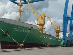 Kapal Barang Kedapatan Buang Sampah di Laut Belakang Mall Jatiland Ternate