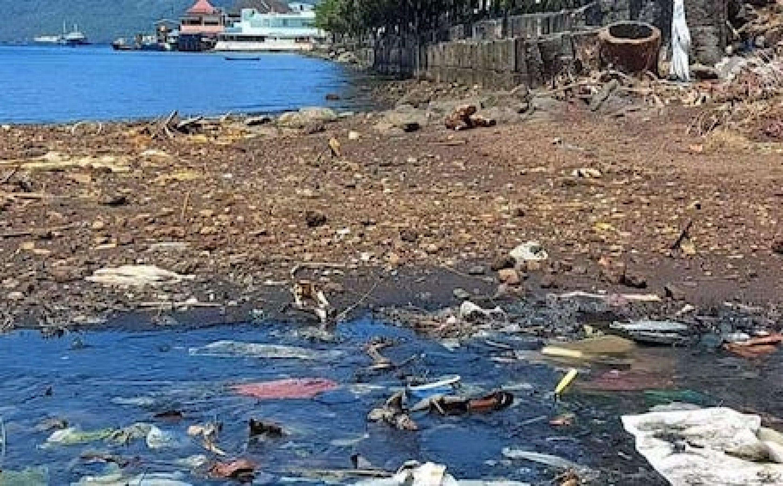 Sampah di pesisir laut Ternate. (Kieraha.com)